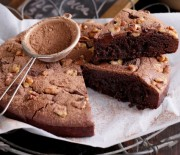 Πανεύκολο σοκολατένιο μπράουνις με καρύδια