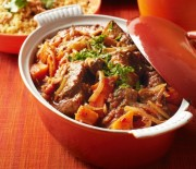 Μοσχαρίσια παϊδάκια σιγοψημένα με πατάτες σε κόκκινη σάλτσα