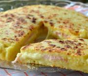 Πίτσα με ζύμη πατάτας με ζαμπόν και τυρί στο τηγάνι