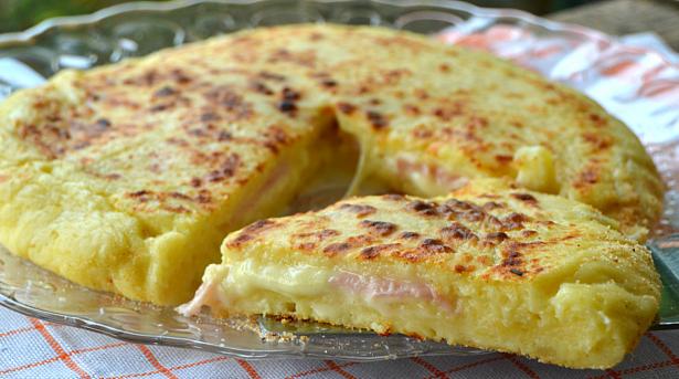 Πίτσα με ζύμη πατάτας, με ζαμπόν και τυρί στο τηγάνι