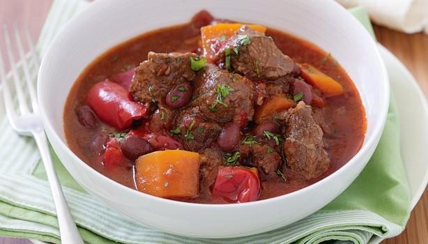Πικάντικο μοσχαράκι κοκκινιστό με κόκκινα φασόλια και πιπεριές