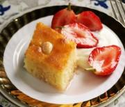 Ραβανί σιροπιαστό με γλυκές σιροπιαστές φράουλες