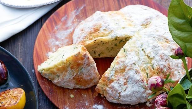 Υπέροχο ψωμί με τυρί και σχοινόπρασο της στιγμής