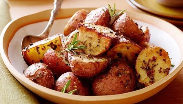 Τραγανές πατάτες φούρνου με σκόρδο και λεμόνι