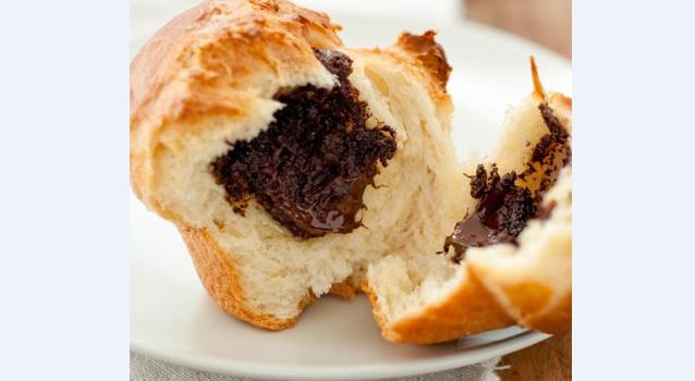 Τσουρεκάκια γεμιστά με γκανάζ σοκολάτας
