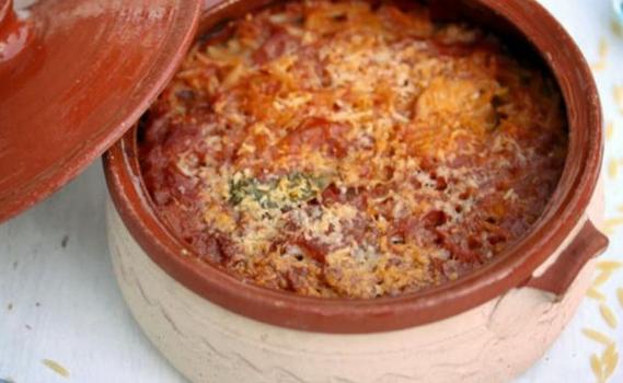 Γιουβέτσι με χοιρινό, κανέλα και λιαστή ντομάτα