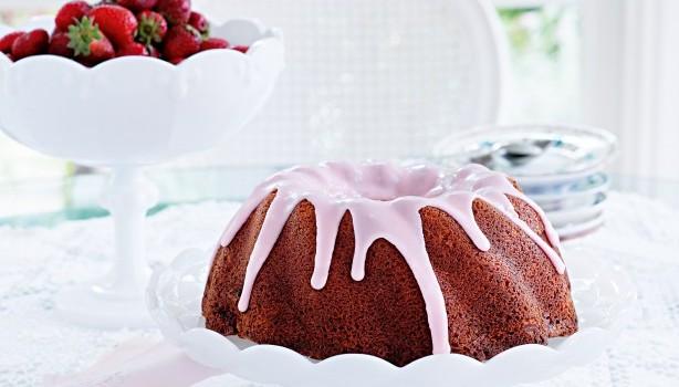 Κέικ με μαρμελάδα φράουλας και γλάσο ζάχαρης