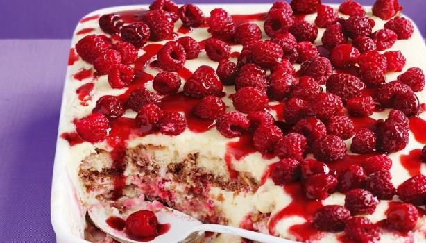 Γλυκό ψυγείου με κρέμα λευκής σοκολάτας, σαβαγιάρ και σμέουρα