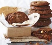 Μπισκότα με κεράσια γλασέ και σταγόνες μαύρης και άσπρης σοκολάτας