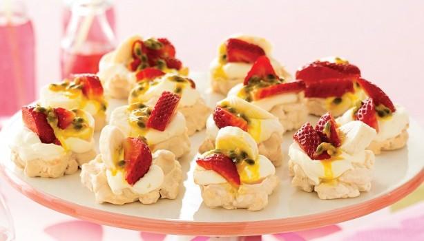 Μίνι πάβλοβες με φράουλες, μπανάνες και passionfruits