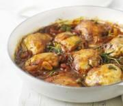 Κοτόπουλο με δενδρολίβανο σε σάλτσα ντομάτας