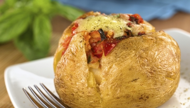 Πατάτες γεμιστές με ντομάτες και κασέρι