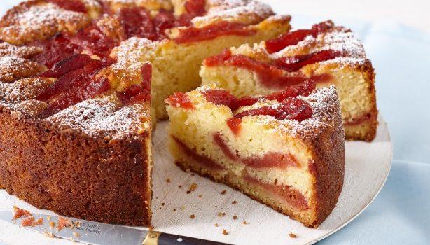 Κέικ αμυγδάλου με κυδώνια ποσέ