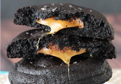 Σοκολατένια cookies γεμιστά με καραμέλα