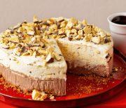 Τούρτα παγωτό με μπισκοτένια βάση και σος σοκολάτας