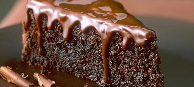 Κέικ με μαύρη ζάχαρη, γιαούρτι και γλάσο σοκολάτας