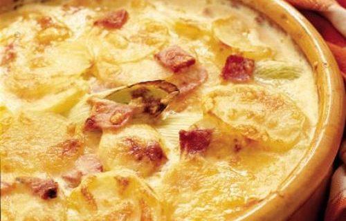 Πατάτες κρεμώδεις με μπέικον και τυριά στο φούρνο