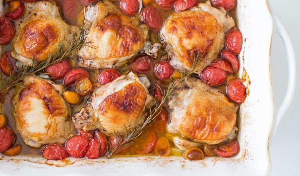 Κοτόπουλο με σκόρδο και ντοματίνια στο φούρνο