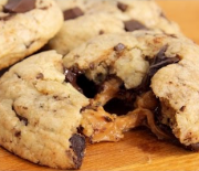 Cookies με κομμάτια σοκολάτας και γέμιση καραμέλας (Video)