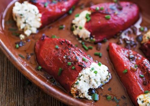 Πιπεριές Φλωρίνης γεμιστές με κατσικίσιο τυρί και σάλτσα βινεγκρέτ
