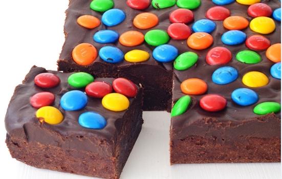 Μπράουνις με γκανάς σοκολάτας και πολύχρωμες καραμελίτσες