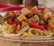 Φετουτσίνι με σάλτσα μελιτζάνας και πιπεριάς