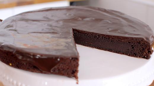 Υγρό σοκολατένιο κέικ με γκανάζ σοκολάτας (Video)