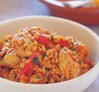 Αρωματικό κοτόπουλο με ρύζι και ψητές πιπεριές Φλωρίνης