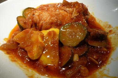 Κοτόπουλο κοκκινιστό με πατάτες και κολοκυθάκια