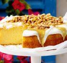 Κέικ λεμονιού με γιαούρτι γαρνιρισμένο με σιρόπι μελιού με καρύδια