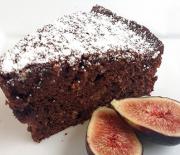 Υγρό κέικ μαύρης σοκολάτας, αμυγδάλου με φρέσκα σύκα