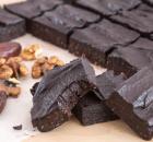 Σοκολατένιο γλυκό ψυγείου με χουρμάδες και καρύδια σε 10 λ (Video)