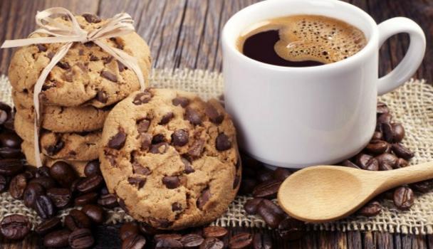 Μπισκότα με καφέ και κομμάτια σοκολάτας