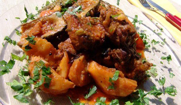 Μοσχαράκι με μελιτζάνες και πατάτες γιαχνί