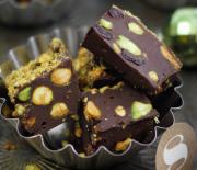 Σοκολατένιο γλυκό ψυγείου με φιστίκια Αιγίνης και αποξηραμένα φρούτα