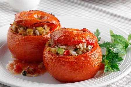 Ντομάτες γεμιστές με ρύζι και τουρλού λαχανικών