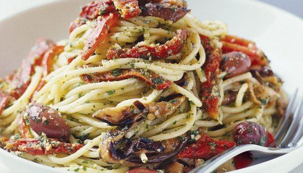 Σπαγγέτι με λαχανικά και πανεύκολη σπιτική σάλτσα πέστο