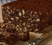 Σοκολατένιος κορμός ψυγείου με μπισκότα και ξηρούς καρπούς
