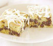 Κέικ αμυγδάλου με σταγόνες σοκολάτας γαρνιρισμένο με λευκή σοκολάτα