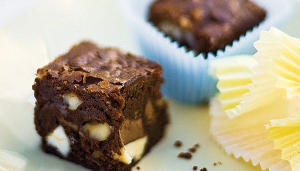 Σοκολατένιο μπράουνις με κομμάτια διπλής σοκολάτας και φουντούκια