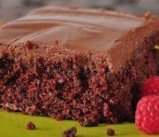 Αφράτο κέικ σοκολάτας με επικάλυψη σοκολατένιας κρέμας (Video)
