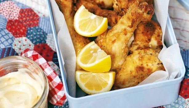 Λεμονάτα μπουτάκια κοτόπουλου στο φούρνο και σάλτσα αγιολί