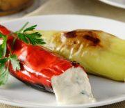 Πιπεριές στο φούρνο γεμιστές με σπιτική τυροκαυτερή