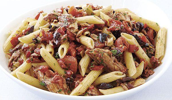 Πέννες με τόνο, ψητές πιπεριές και ελιές σε σάλτσα ντομάτας