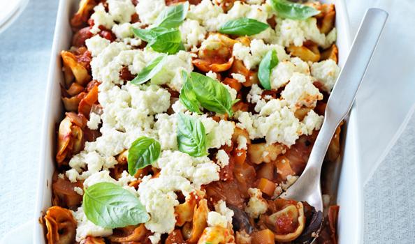 Τορτελίνια σε σάλτσα ντομάτας με ελιές και φέτα