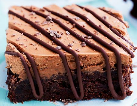 Σοκολατένιο μπράουνις καλυμμένο με αφράτη μους σοκολάτας