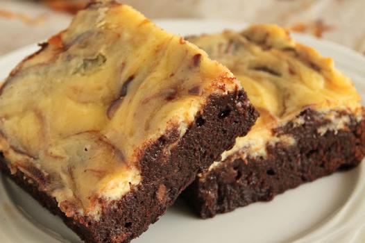 Υπερ-σοκολατένιο brownie με επικάλυψη κρέμας cheesecake