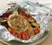 Στήθος κοτόπουλου με πέστο και λαχανικά στη λαδόκολλα