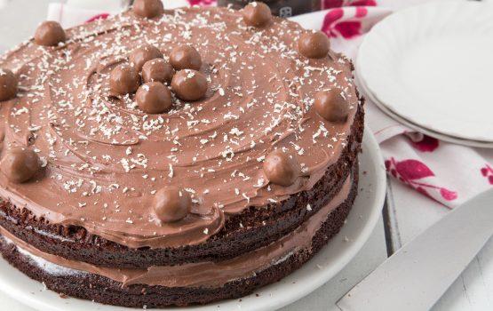 Σοκολατένιο κέικ γεμιστό με κρέμα πραλίνας