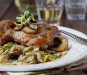 Φιλέτο μπούτι κοτόπουλου με κριθαράκι, πράσα και μανιτάρια